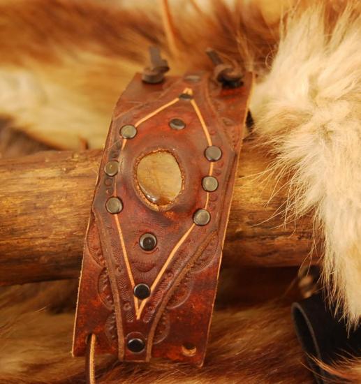 Bracelet avec incrustations de pierre semi précieuse
