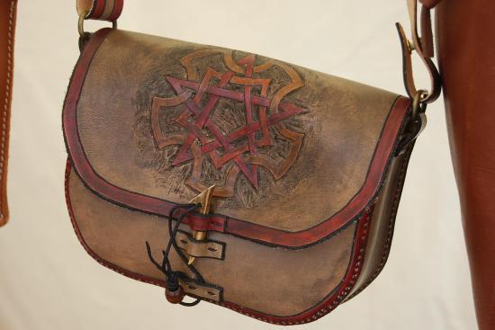 sac en bandoulière, cuir tannage végétal, fermoir en bois de chevreuil